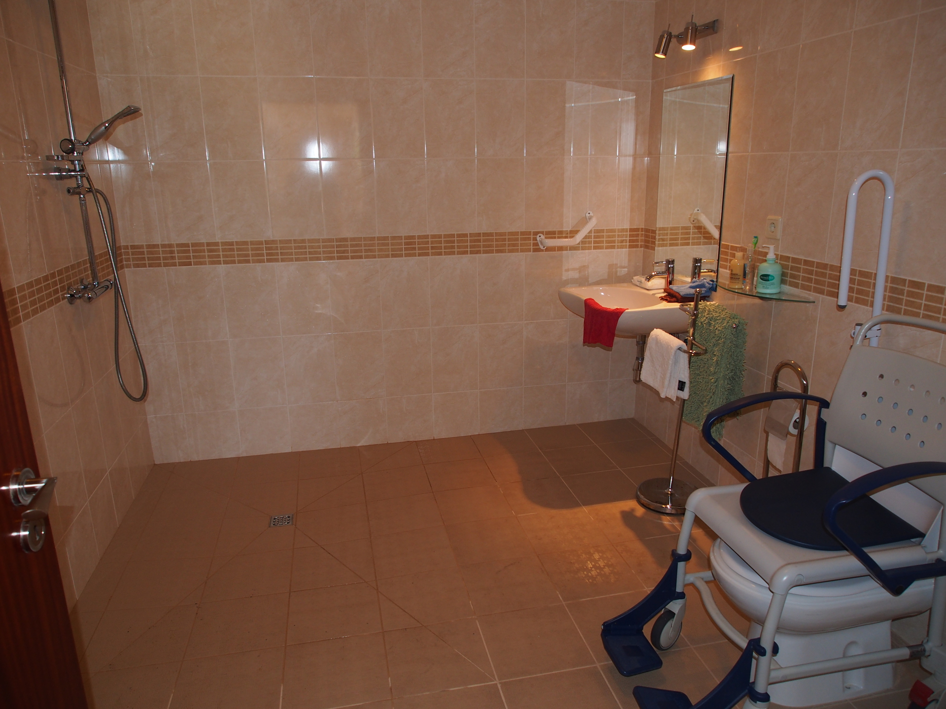 3 bedroom apartment wet room without shower table